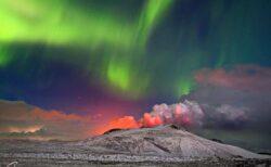 【幻想的】アイスランドで噴火する火山とオーロラが1枚の写真に撮影される