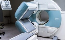 【怖っ!!!】MRIで金属を外すよう念を押される理由がよく分かる動画が話題に