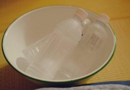 【超エコ】凍らせたペットボトルを枕元に置くと、除湿器不要で超快適に!