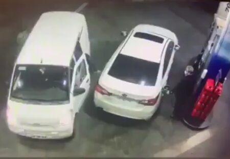 【動画】独りで給油中、強盗団が!! 10秒で撃退したおじさんが凄いw