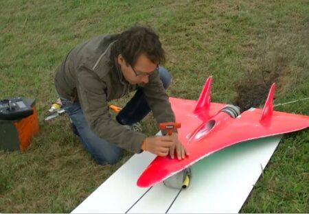 【動画】時速749km 世界最速で飛ぶラジコンが話題に「音!?」「戦闘機みたい」