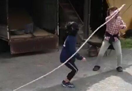 【天才】いっしょに縄跳びを楽しむ子犬の動画が大反響w「まさかそっち?!」