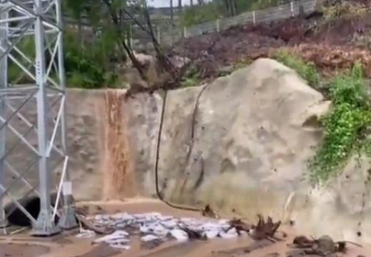 切り開いた山にメガソーラー。工事の弊害にネット愕然「不動尊の手水舎は泥水になり滝は死んだ」