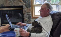 【w】家に猫を入れる事に大反対だったお父さん。猫を家にいれて1日めの写真が話題に