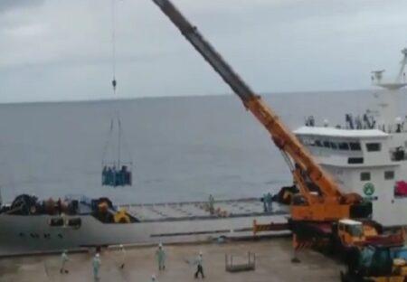 【!】人も荷物もクレーンに吊られて上陸!大東島の独特なシステムが話題にw