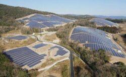 森を剥ぎ露出した地面を覆う無機質なソーラーパネル・・日本各地に増える異様な景観が話題に
