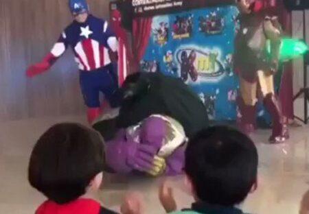 【w】ヒーローショーに興奮した子供、乱入し敵を攻撃してしまう