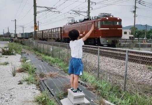 【JR貨物】重ねたブロックの上で手を振る少年と機関士のやり取りが話題に「涙でてきた‥」