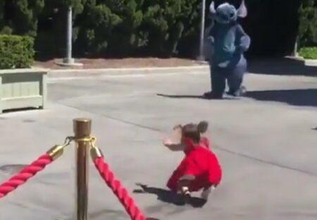 【動画】自分めがけて走ってくる女児が目の前で転倒!スティッチの神対応が話題に