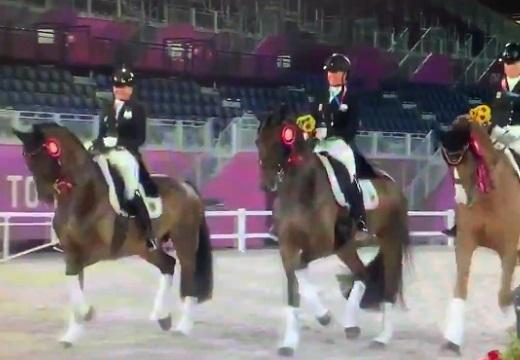 【ぴょこぴょこ♪】馬術の表彰式、あまりに可愛い馬達が話題に「ずっと見ていられる」