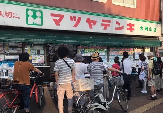 【昭和感】「昔ながらの電気屋の前で通行人がオリンピック観てる光景」が話題にw