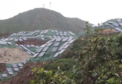 担当者「シートを張ってるから土砂崩れの危険はない」山を覆うソーラーパネルが話題に