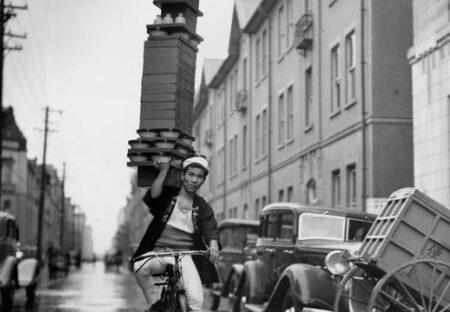 【神業】濡れた路面を自転車で出前するそば屋さん、凄すぎる写真が話題に