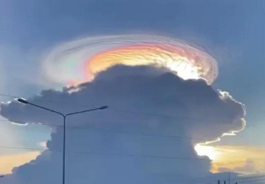 【動画】ものすごい彩雲が撮影されネット騒然「雲の上に何かあるみたい」