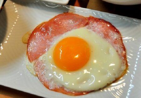 【目からうろこ】作りやすく食べやすい!天才的なハムエッグの作り方が公開される!