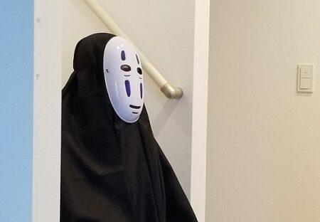 【玄関開けたらカオナシ】夫婦喧嘩、旦那さんの帰宅を待つ女性の姿が話題にw