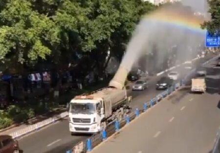 【凄い】道路に虹を作りながら水を撒く散水車が話題に