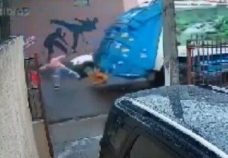 【間一髪】道路に飛び出し車にはねられそうになった子供、偶然通りかかったゴミ収集作業員が救う!