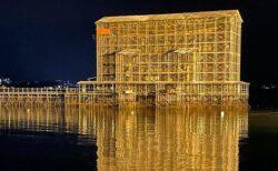 【70年にいちど】大規模修繕工事中の厳島神社大鳥居、夜の姿が圧巻・・・