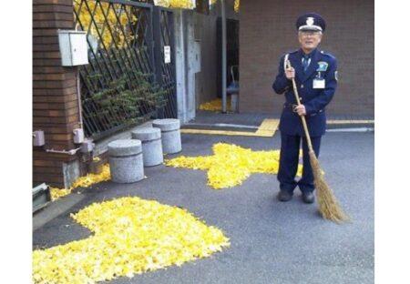 【ハートと星】銀杏の落ち葉掃除。守衛さんの表情と佇まいが最高の1枚が話題に